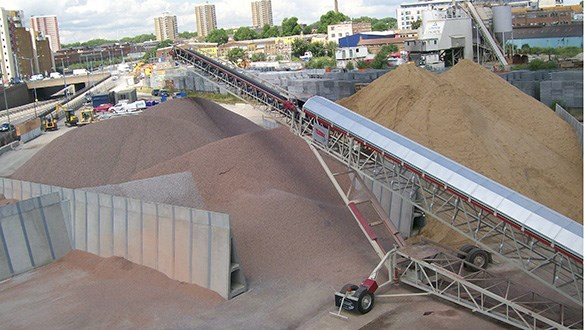 Telescopic conveyor stockpiling into bays